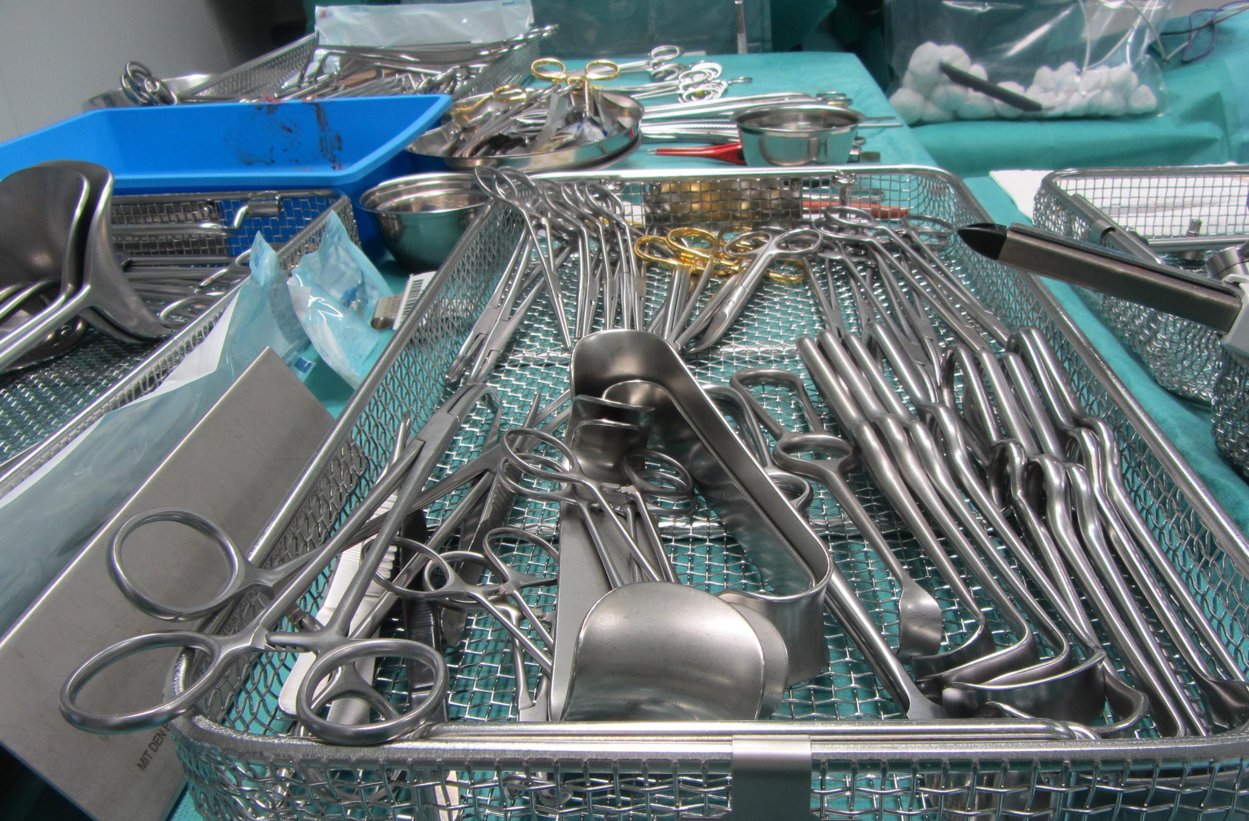 Duas compressas cirúrgicas deixadas dentro de uma paciente durante seis anos